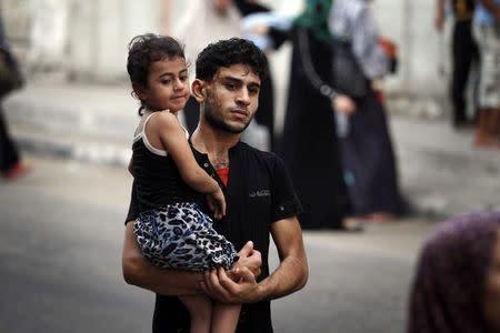 Palestinians flee the Shujayeh neighbourhood during heavy Israeli shelling in Gaza City July 20, 2014. REUTERS/Finbarr O'Reilly