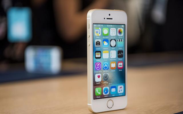 Apple's iPhone SE can be found for under £15 per month - © 2016 Bloomberg Finance LP