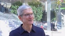 Tim Cook visits new Chicago flagship Apple Store