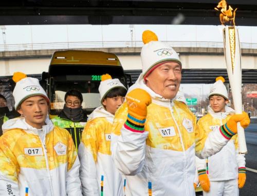 平昌冬奧聖火傳首爾 數百民眾夾道歡迎 .