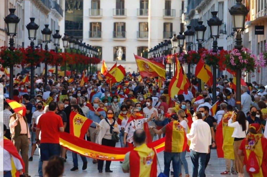 ¿Cómo voy a colgar una bandera de España en el balcón, si nos la han robado?