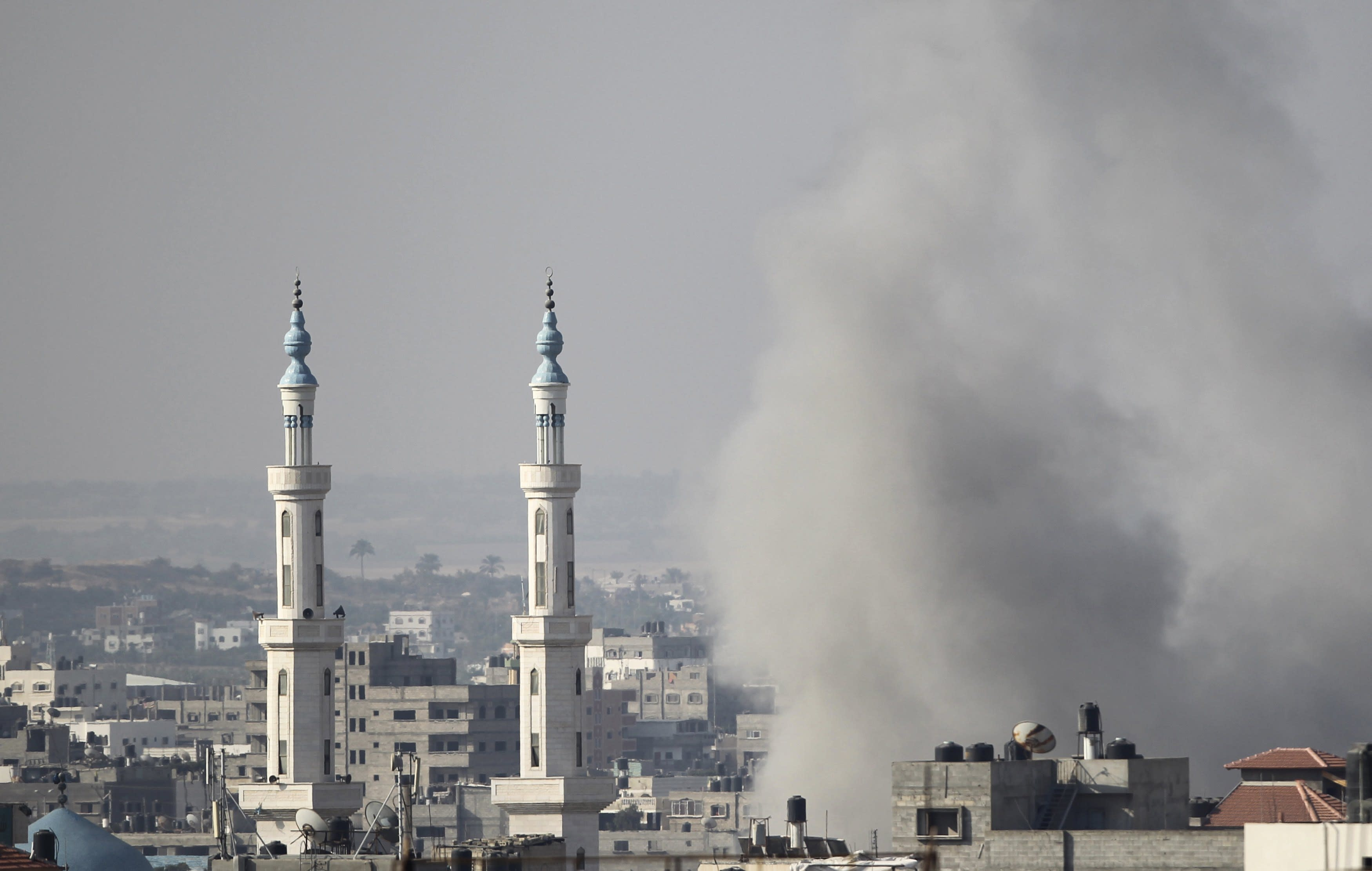 Smoke rises following what witnesses said was an Israeli air strike in Gaza August 23, 2014. Israeli aircraft bombed the Gaza Strip on Saturday and Palestinian militants fired rockets at the Jewish state, the military said, with no end in sight to the deadliest violence between the sides in years. Gaza health officials said five people were killed in an Israeli strike on a house in central Gaza. The Israeli military said it bombed about 20 targets across the Hamas-dominated strip, including rocket launchers and weapon caches. REUTERS/Ahmed Zakot (GAZA - Tags: POLITICS CONFLICT)