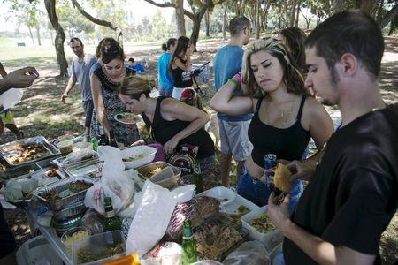 People attend a vegan picnic at Hayarkon Park in Tel Aviv, Israel July 18, 2015. A growing trend has transformed Israel's financial center into a haven for meatless cuisine. REUTERS/Baz Ratner
