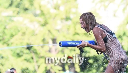 Celebrity photo bombs yahoo messenger