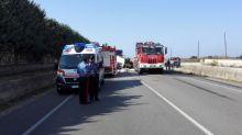 Una folata di vento spinge il furgone contro un palo: conducente illeso