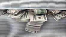 Por qué 1 de cada 5 personas en EE.UU. está ahorrando dinero debajo del colchón