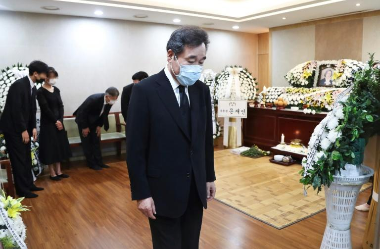 Former prime minister Lee Nak-yon was among attendees at the funeral (AFP Photo/-)