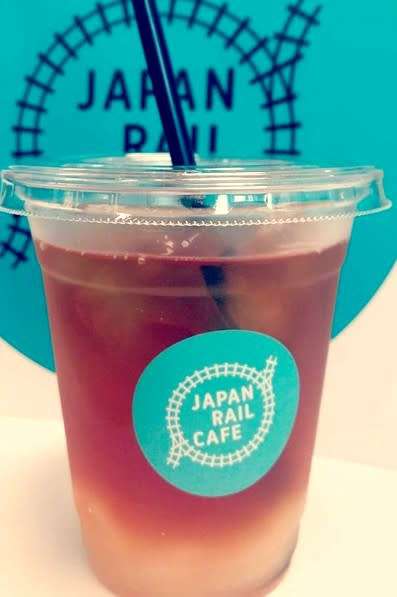 Japan Rail Café從LOGO到餐飲包裝主視覺色調以藍綠色為主。