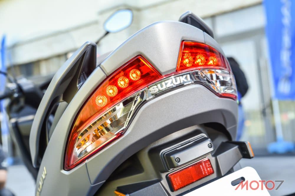 尾燈組隨著上揚的車尾線條,展現俐落的造型。