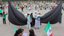Opositores a López Obrador despliegan crespón de luto en Zócalo de México