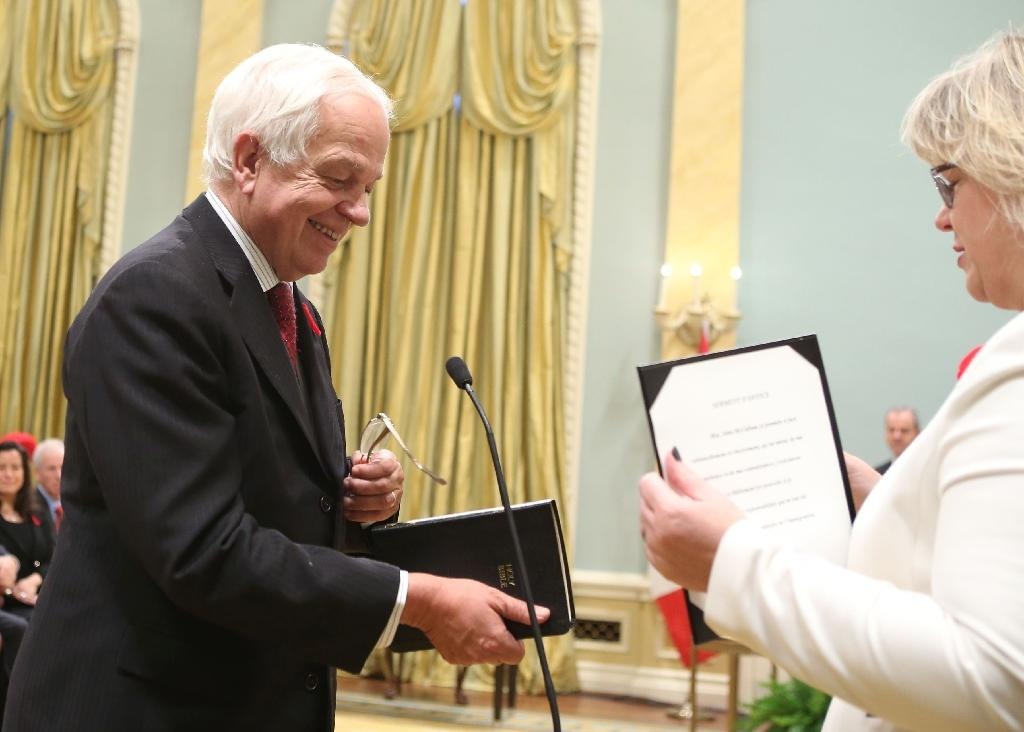 Canada's new Immigration, Citizenship and Refugees Minister John McCallum (L) is sworn-in at Rideau Hall in Ottawa on November 4, 2015 (AFP Photo/Chris Wattie)