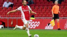 Um grande susto! Defensor do Ajax dá susto ao cair no gramado com as mãos no peito durante amistoso