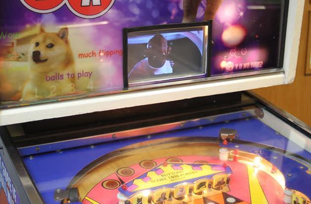 Raspberry Pi helps old school pinball machine spew internet cliches