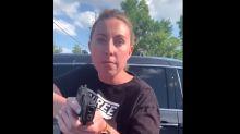 """""""Me está apuntando con una pistola"""": arrestan a la mujer que amenazó a una madre y sus hijas con un arma"""
