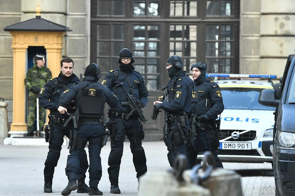 Police stand outside Stockholm Castle after a truck crashed into the Ahlens department store at Drottninggatan in central Stockholm, April 7, 2017 (AFP Photo/Claudio BRESCIANI)
