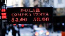 Ciudadanos argentinos dudan sobre sus ahorros ante la devaluación del peso