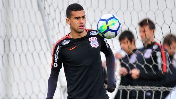 Corintiano Léo Santos negocia com Porto