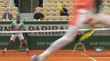 """Roland Garros: el kazako Alexander Bublik se lució con un tiro entre las piernas y un """"ace de abajo"""" para eliminar a Gael Monfils"""