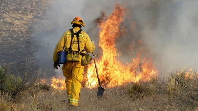 Thousands under evacuation order as SoCal wildfire rages