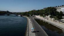 """""""Ça fait du bien"""" : à Lyon, les habitants attendent les fortes chaleurs du week-end"""