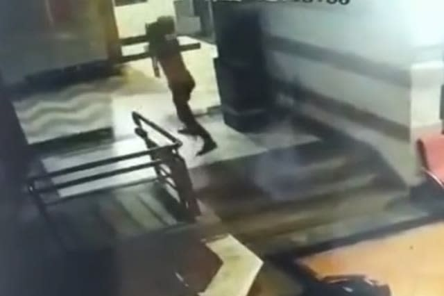 Glass door shatters after delivery man forces it open in China