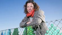 'A drop in the ocean', la obra que alerta sobre una amenaza planetaria: el plástico en las playas