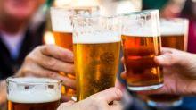 """Ein Experte sagt: Sich in der Kneipe auf ein Bier zu treffen """"erlaubt es Männern nicht, über ihre Gefühle zu sprechen"""""""