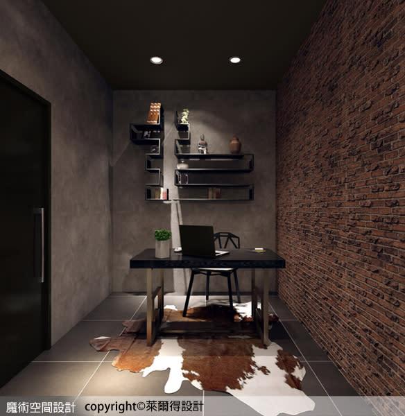 書房空間延續廳區的風格與材質,水泥粉光的立面與紅磚牆面形塑出粗獷個性,後方鐵件客製層架的設計,兼具收納、展示機能。