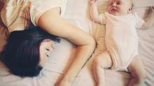 Mãe quase sufoca filho depois que o seu cabelo ficou preso no pescoço do bebê