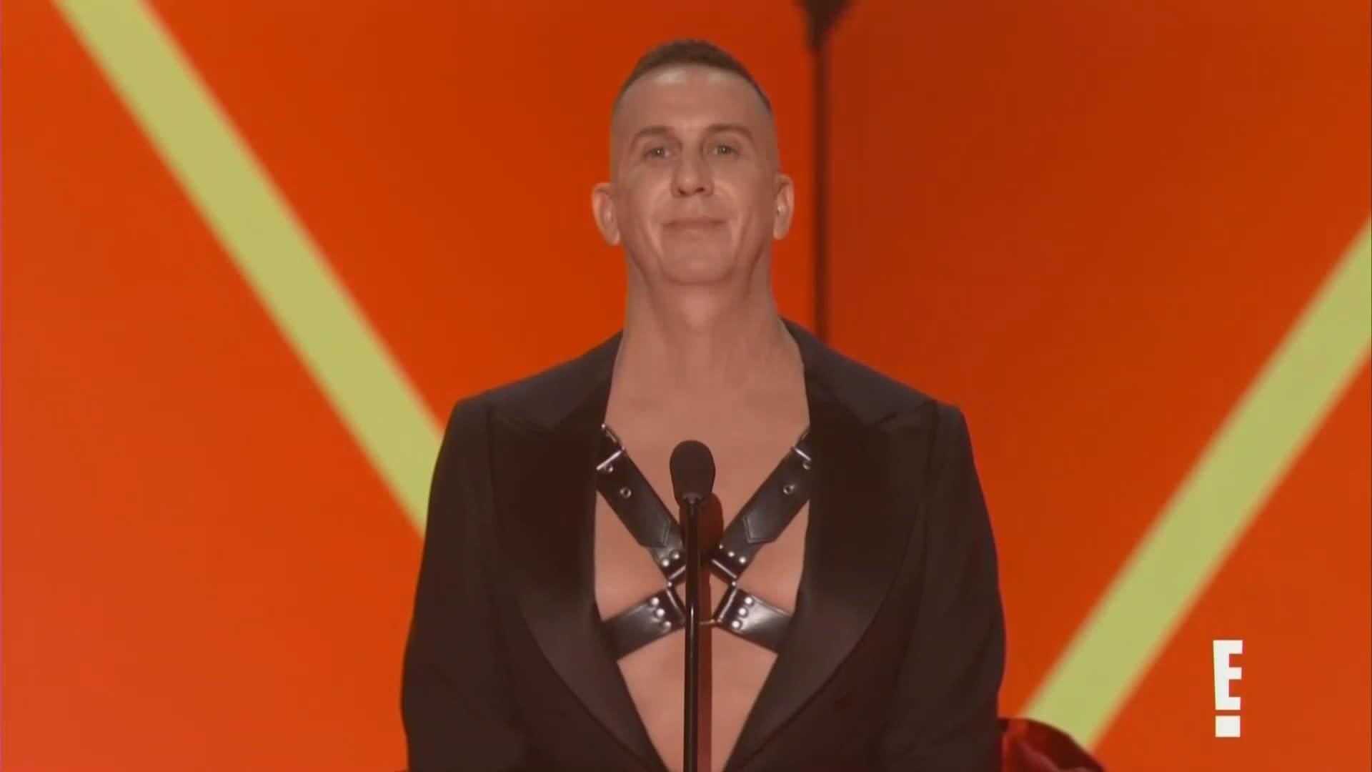Fashion designer's awkward moment presenting Gwen Stefani with Fashion Icon Award