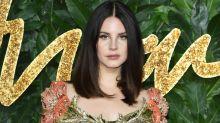 Lana Del Rey sorgt mit Netz-Maske für fragende Gesichter