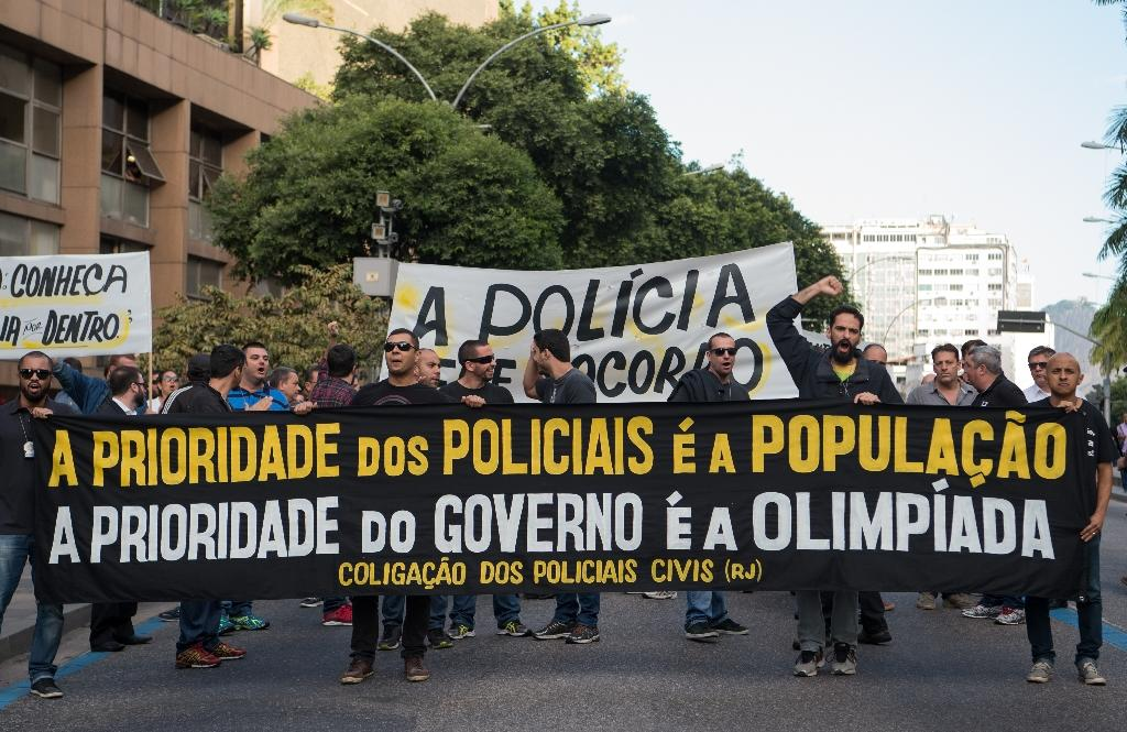 Civil police officers threatening to go on strike demonstrate against the government for arrears in their salary payments, in Rio de Janeiro, Brazil, June 27, 2016 (AFP Photo/Vanderlei Almeida)
