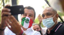 """Troppi selfie per Salvini. Il leader della Lega ha la spalla indolenzita: """"Ho preso 3 Muscoril"""""""