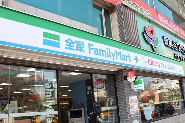 全家便利商店與韓國知名炸雞品牌bb.q CHICKEN合作,推出複合式店中店服務。(圖/全家便利商店,以下同)