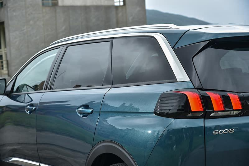 鍍鉻與烤漆材質運用得出神入化的搭配技法依舊是Peugeot拿手好菜,再加上獅爪似的尾燈設以及多層堆疊的車尾佈局,帶來宛如滿漢全席般的視覺饗宴。