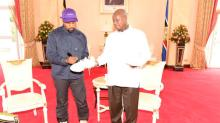 Kanye West dá um par de tênis a líder de Uganda e ganha nome africano