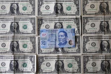 Un Billete De 20 Pesos Mexicanos Sobre Billetes 1 Dólar