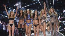 Protestan a las puertas de Victoria's Secret en ropa interior por la política de tallas de la compañía