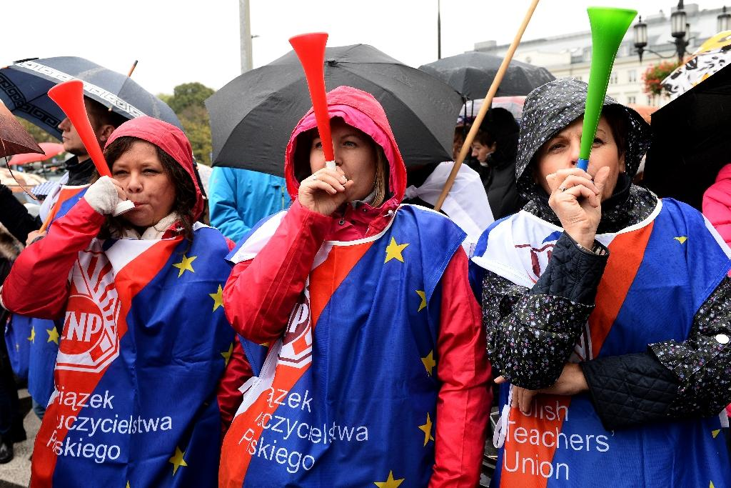 Teachers rally against education reform proposed by Poland's rightwing Law and Justice government in Warsaw on October 10, 2016 (AFP Photo/Janek Skarzynski)