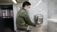 Voilà pourquoi vous devez garder votre masque dans les toilettes publiques