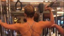 Jennifer López muestra cómo mantiene sus famosas curvas; mira lo que hace
