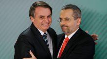 Na corda bamba, Abraham Weintraub permanece no cargo com apoio do clã Bolsonaro