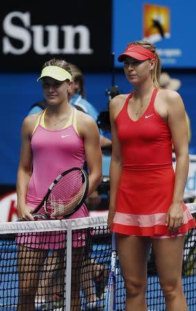 Tenistas Sharapova (direita) e Bouchard antes de jogo do Aberto da Austrália de 2015