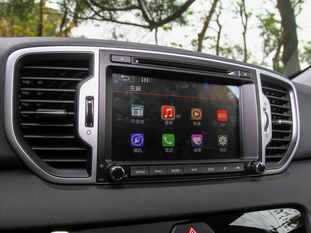 8吋觸控式螢幕,整合了多項視聽娛樂媒體功能。