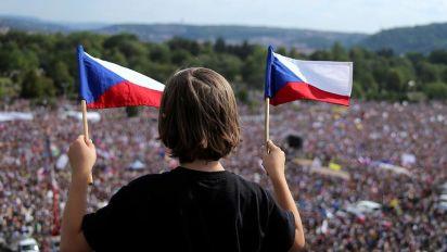 Praga scende in piazza contro il premier Babis