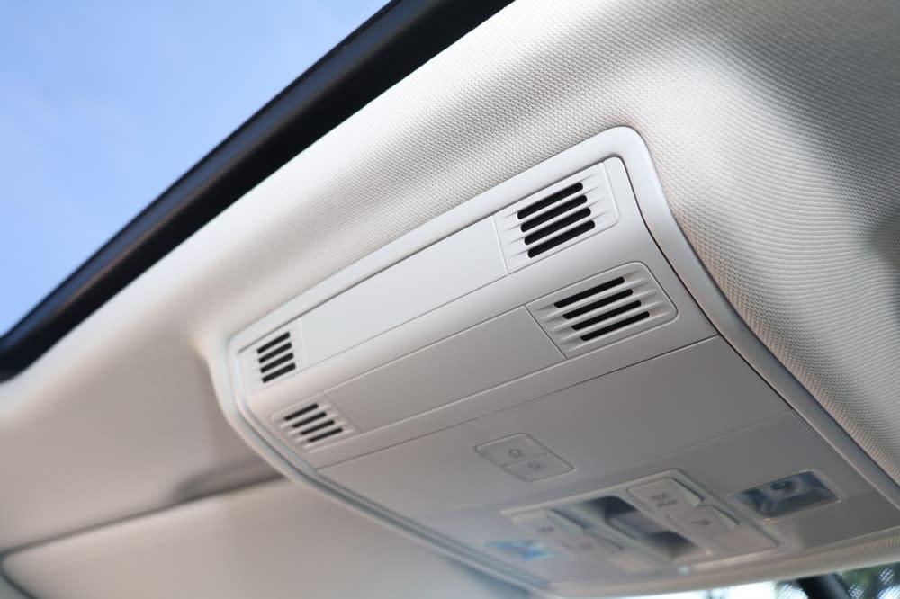前座上方的高感度麥克風能將前座乘客的聲音往後座播送,即使滿載狀態全車乘客也能輕鬆對話