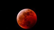 Le foto della luna rossa, all'alba