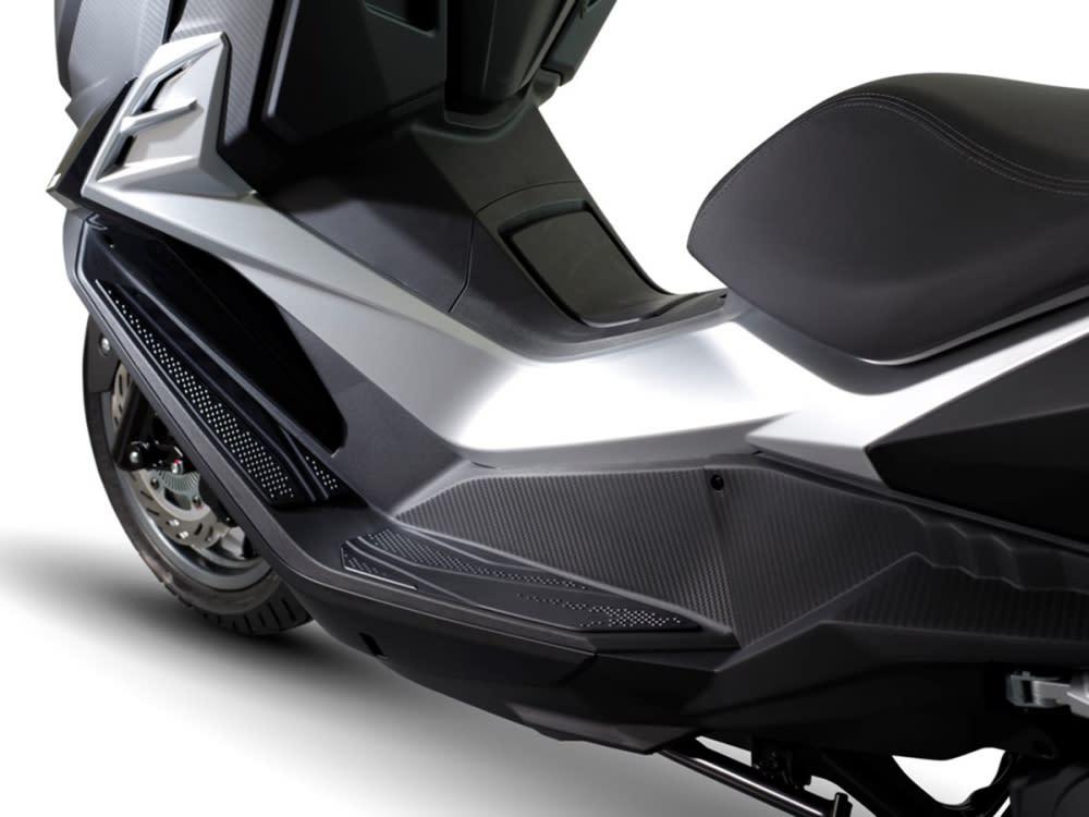 130度的踏板設計,讓騎士的雙腳在巡航時得以伸展