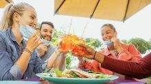 Coronavirus, studio Usa: mangiare al ristorante raddoppia il rischio contagio