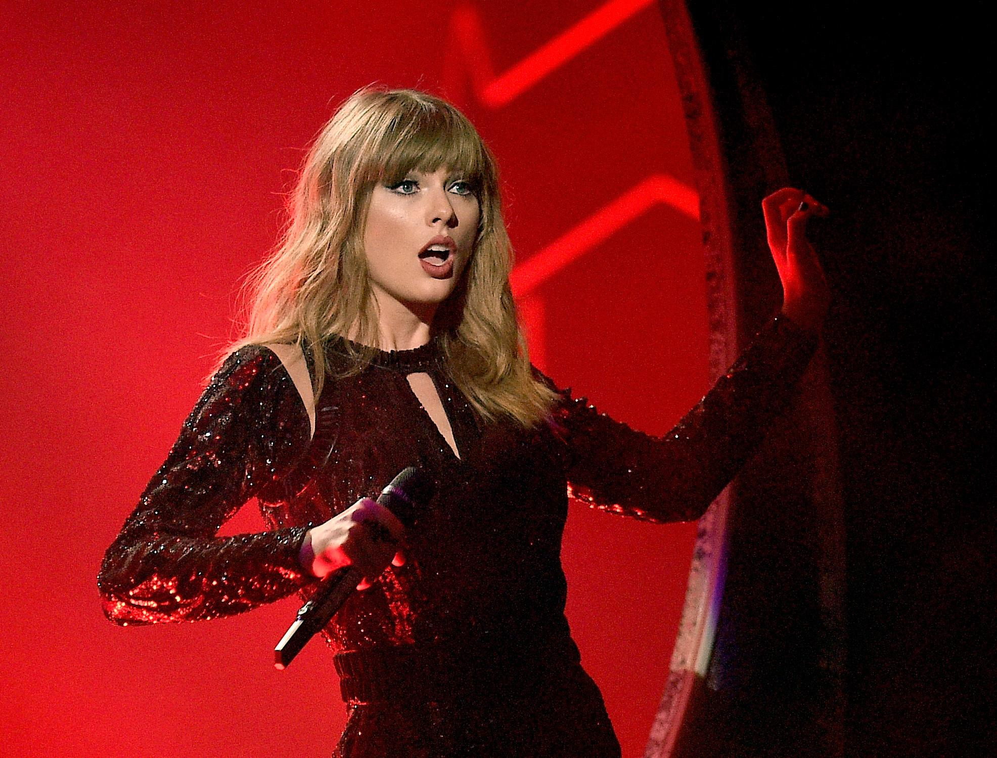 LOS ANGELES, CA - OCTOBER 09:  Taylor Swift performs onstage during the 2018 American Music Awards at Microsoft Theater on October 9, 2018 in Los Angeles, California.  (Photo by Kevork Djansezian/AMA2018/Getty Images For dcp )